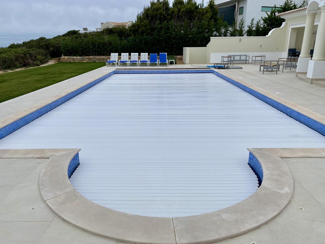 piscine avec couverture électrique